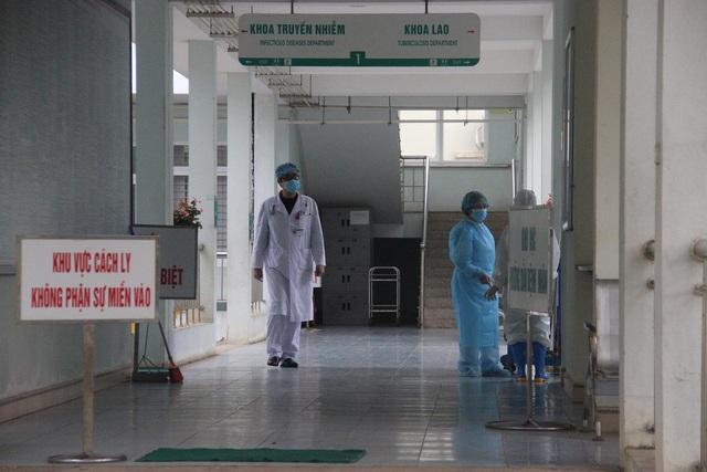 Lào Cai cách ly thêm 4 người Anh cùng chuyến bay với BN17 nhiễm COVID-19 - Ảnh 3.