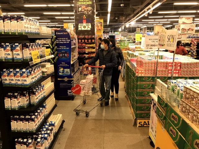 Siêu thị đầy ắp thực phẩm, người dân không cần đổ xô mua tích trữ - Ảnh 10.