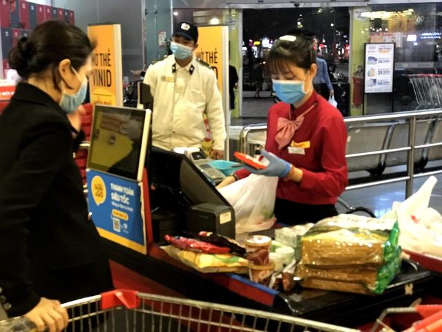 Siêu thị đầy ắp thực phẩm, người dân không cần đổ xô mua tích trữ - Ảnh 13.
