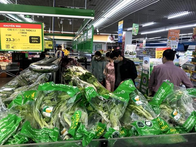 Siêu thị đầy ắp thực phẩm, người dân không cần đổ xô mua tích trữ - Ảnh 15.