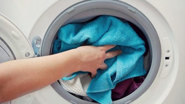 Không cần mất tiền mời thợ, chỉ với mấy mẹo sau bạn đã có thể tự làm sạch máy giặt dễ dàng - Ảnh 4.