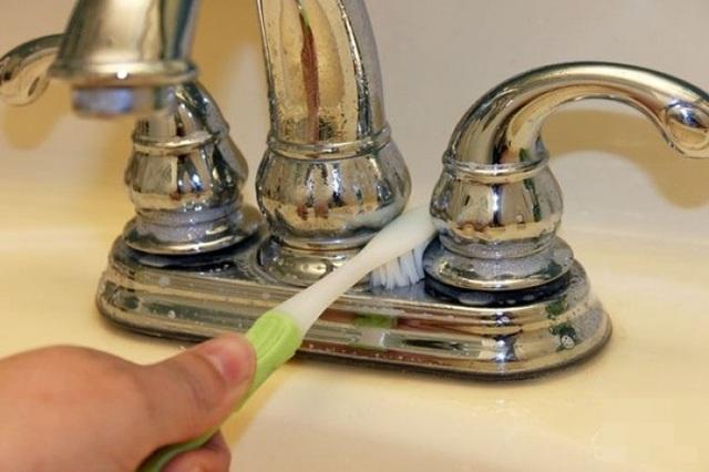 Nếu biết bàn chải đánh răng cũ có thể làm sạch những chỗ khó chùi rửa nhất trong nhà bạn sẽ không bao giờ vứt chúng đi nữa - Ảnh 6.