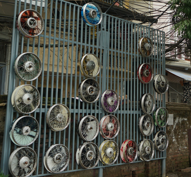Từ con đường rác biến thành không gian nghệ thuật dưới chân cầu Long Biên - Ảnh 14.