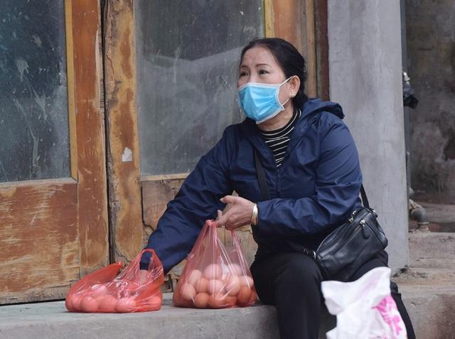 Hà Nội: Cung ứng thực phẩm tươi ngon, nguồn gốc rõ ràng, miễn phí cho gần 200 người dân cách ly ở phố Trúc Bạch - Ảnh 3.