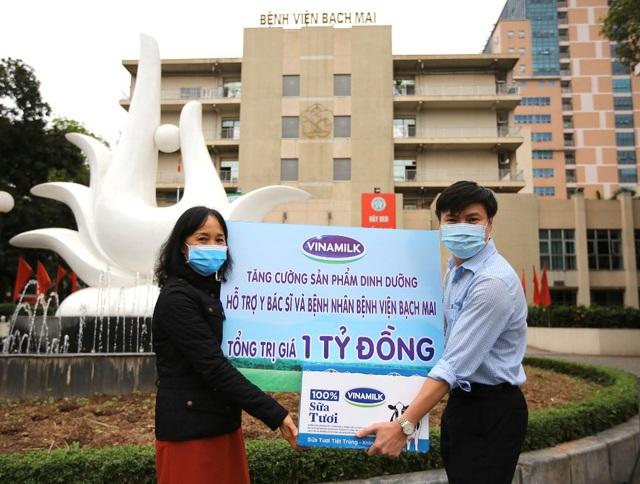 """Vinamilk """"cấp tốc chi viện"""" gần 150 ngàn sản phẩm sữa dinh dưỡng cho bệnh viện Bạch Mai trong giai đoạn cách ly vì dịch bệnh - Ảnh 1."""