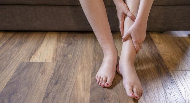 Người thận yếu thường xuất hiện 4 dấu hiệu rõ mồn một này trên bàn chân, ai cũng cần biết để phòng bệnh - Ảnh 1.
