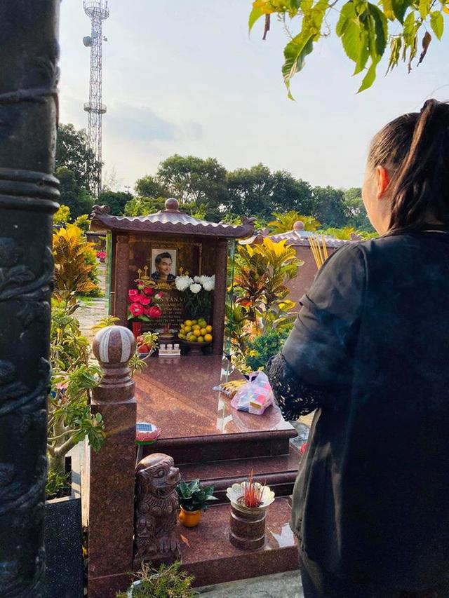NSND Hồng Vân viếng mộ Anh Vũ - Ảnh 1.