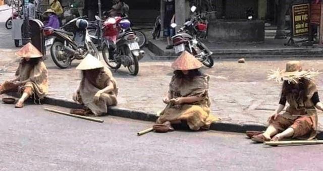 Lộ danh tính gây sốc của nhóm người ăn mặc lạ, đội nón lá, mang gậy, bát vỡ ở Hội An - Ảnh 2.