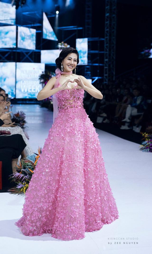 Bán đấu giá chiếc váy Mai Phương từng mặc để quyên góp tiền cho bé Lavie - Ảnh 2.