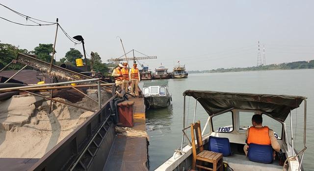 Nhiều bến đò ngang sông Hồng ngừng hoạt động vì có người nhiễm COVID-19 - Ảnh 3.