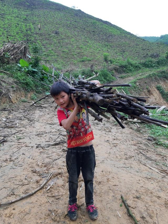 VIDEO: Hé lộ cuộc sống mới của cậu bé 10 tuổi sống một mình trong rừng ở Tuyên Quang - Ảnh 14.