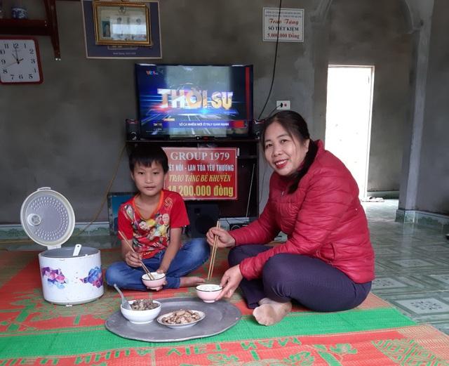VIDEO: Hé lộ cuộc sống mới của cậu bé 10 tuổi sống một mình trong rừng ở Tuyên Quang - Ảnh 11.