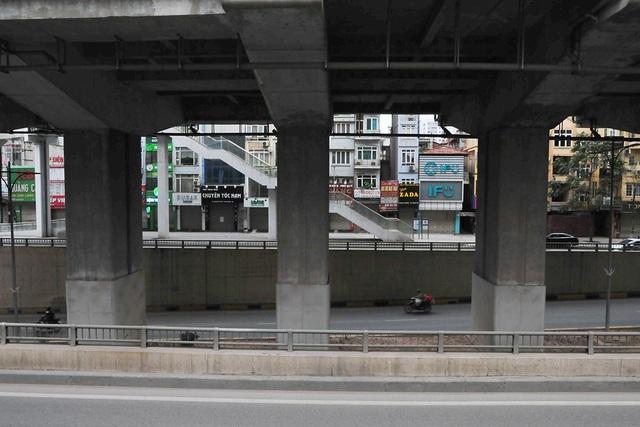 Đường phố vắng trở lại sau khi báo chí phản ánh người Hà Nội có tư tưởng chủ quan trong phòng chống dịch COVID-19 - Ảnh 10.