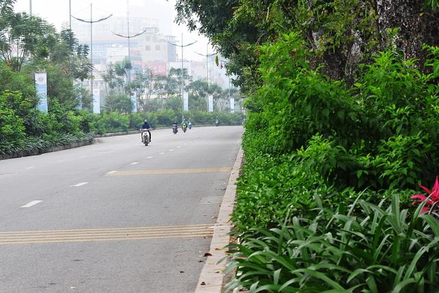 Đường phố vắng trở lại sau khi báo chí phản ánh người Hà Nội có tư tưởng chủ quan trong phòng chống dịch COVID-19 - Ảnh 2.