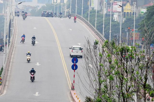 Đường phố vắng trở lại sau khi báo chí phản ánh người Hà Nội có tư tưởng chủ quan trong phòng chống dịch COVID-19 - Ảnh 6.