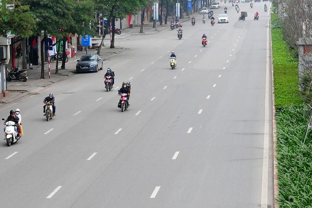 Đường phố vắng trở lại sau khi báo chí phản ánh người Hà Nội có tư tưởng chủ quan trong phòng chống dịch COVID-19 - Ảnh 5.