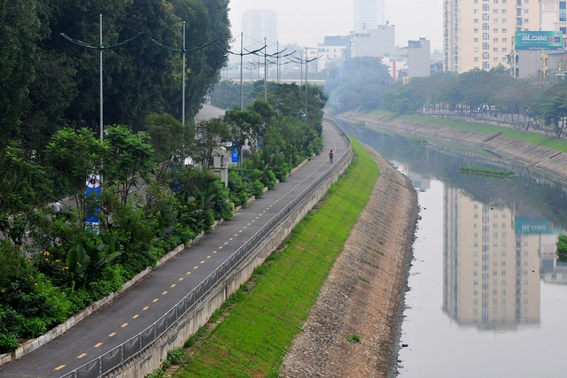 Đường phố vắng trở lại sau khi báo chí phản ánh người Hà Nội có tư tưởng chủ quan trong phòng chống dịch COVID-19 - Ảnh 8.