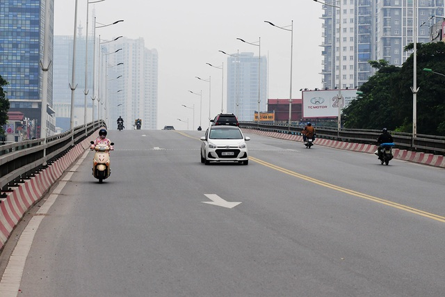 Đường phố vắng trở lại sau khi báo chí phản ánh người Hà Nội có tư tưởng chủ quan trong phòng chống dịch COVID-19 - Ảnh 11.