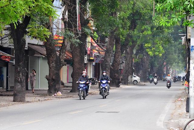 Đường phố vắng trở lại sau khi báo chí phản ánh người Hà Nội có tư tưởng chủ quan trong phòng chống dịch COVID-19 - Ảnh 7.