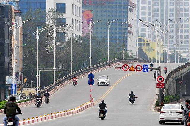 Đường phố vắng trở lại sau khi báo chí phản ánh người Hà Nội có tư tưởng chủ quan trong phòng chống dịch COVID-19 - Ảnh 4.