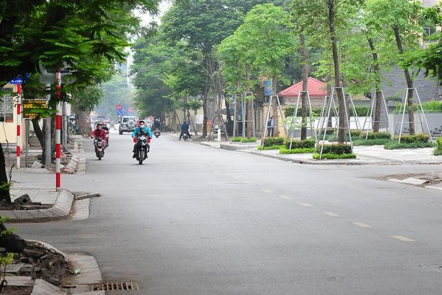 Đường phố vắng trở lại sau khi báo chí phản ánh người Hà Nội có tư tưởng chủ quan trong phòng chống dịch COVID-19 - Ảnh 1.