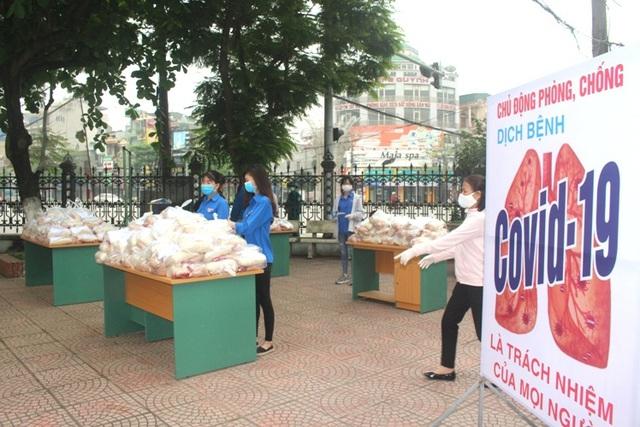 Hải Dương: Hàng trăm người dân đến trụ sở phường nhận quà miễn phí giữa dịch COVID-19 - Ảnh 4.