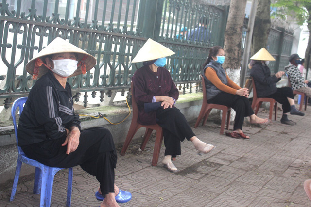 Hải Dương: Hàng trăm người dân đến trụ sở phường nhận quà miễn phí giữa dịch COVID-19 - Ảnh 8.