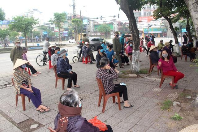 Hải Dương: Hàng trăm người dân đến trụ sở phường nhận quà miễn phí giữa dịch COVID-19 - Ảnh 6.