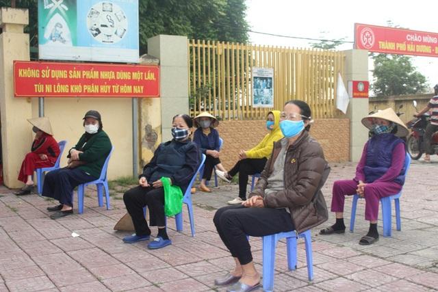 Hải Dương: Hàng trăm người dân đến trụ sở phường nhận quà miễn phí giữa dịch COVID-19 - Ảnh 7.