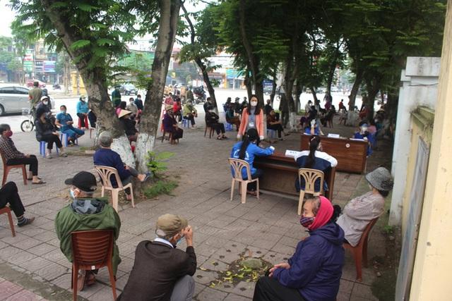 Hải Dương: Hàng trăm người dân đến trụ sở phường nhận quà miễn phí giữa dịch COVID-19 - Ảnh 5.