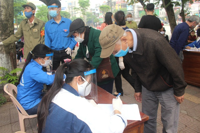 Hải Dương: Hàng trăm người dân đến trụ sở phường nhận quà miễn phí giữa dịch COVID-19 - Ảnh 10.