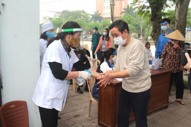 Hải Dương: Hàng trăm người dân đến trụ sở phường nhận quà miễn phí giữa dịch COVID-19 - Ảnh 11.