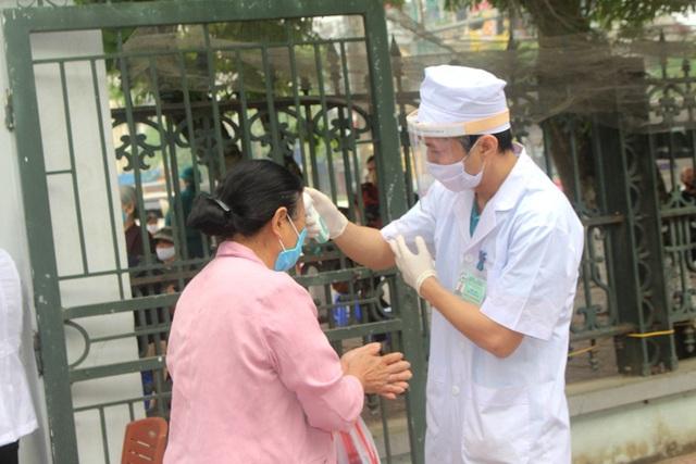 Hải Dương: Hàng trăm người dân đến trụ sở phường nhận quà miễn phí giữa dịch COVID-19 - Ảnh 12.
