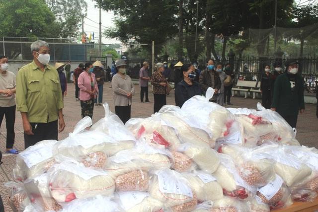Hải Dương: Hàng trăm người dân đến trụ sở phường nhận quà miễn phí giữa dịch COVID-19 - Ảnh 14.