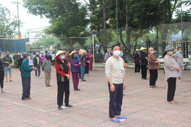 Hải Dương: Hàng trăm người dân đến trụ sở phường nhận quà miễn phí giữa dịch COVID-19 - Ảnh 13.