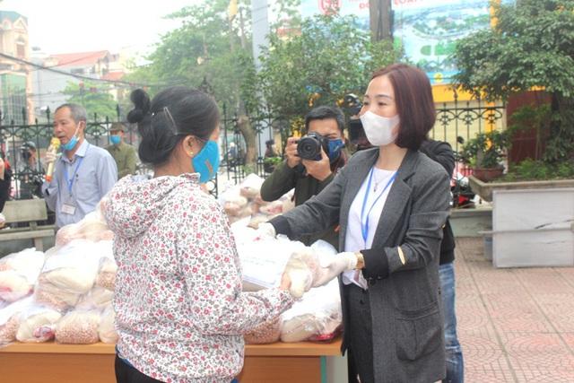 Hải Dương: Hàng trăm người dân đến trụ sở phường nhận quà miễn phí giữa dịch COVID-19 - Ảnh 9.