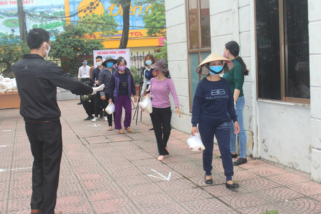 Hải Dương: Hàng trăm người dân đến trụ sở phường nhận quà miễn phí giữa dịch COVID-19 - Ảnh 19.