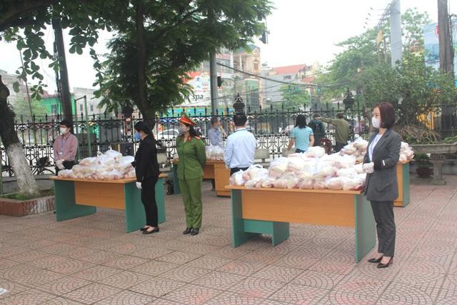 Hải Dương: Hàng trăm người dân đến trụ sở phường nhận quà miễn phí giữa dịch COVID-19 - Ảnh 15.