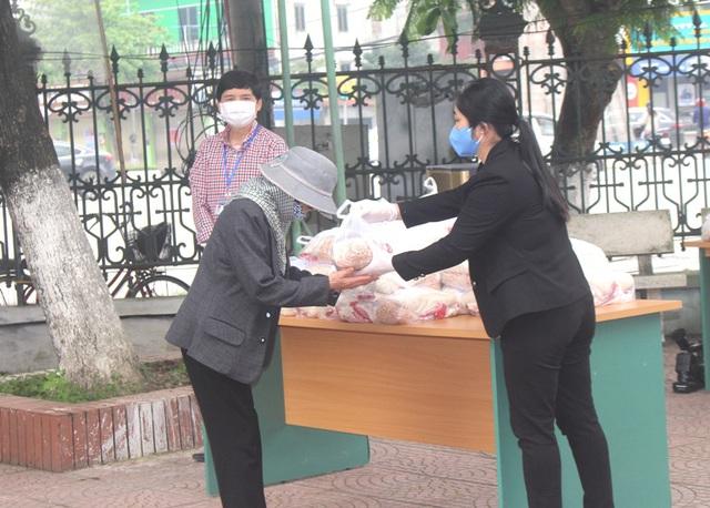 Hải Dương: Hàng trăm người dân đến trụ sở phường nhận quà miễn phí giữa dịch COVID-19 - Ảnh 17.