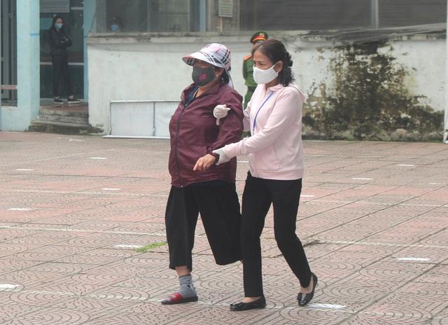Hải Dương: Hàng trăm người dân đến trụ sở phường nhận quà miễn phí giữa dịch COVID-19 - Ảnh 16.