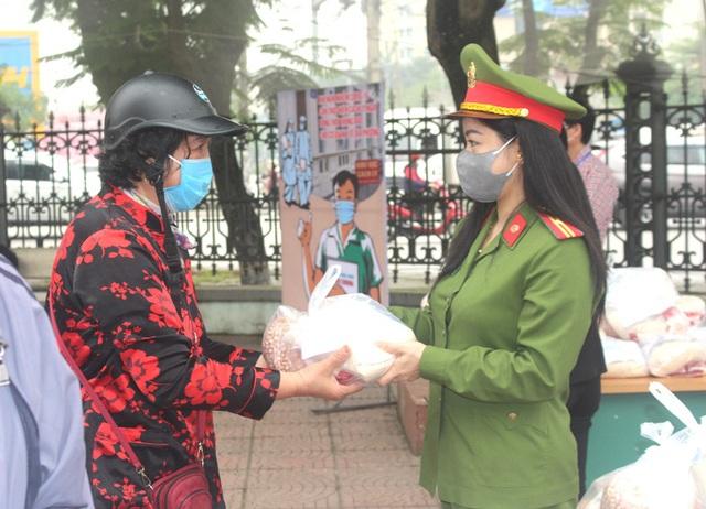 Hải Dương: Hàng trăm người dân đến trụ sở phường nhận quà miễn phí giữa dịch COVID-19 - Ảnh 18.