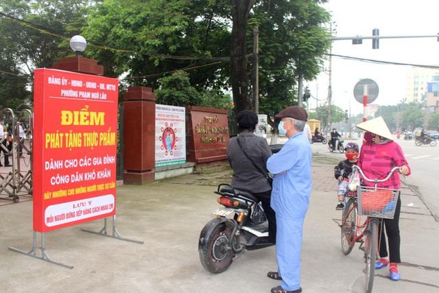 Hải Dương: Hàng trăm người dân đến trụ sở phường nhận quà miễn phí giữa dịch COVID-19 - Ảnh 3.