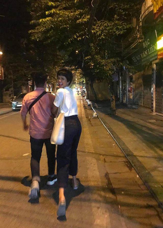 Mẹ Hoa hậu Hhen Niê đồng ý con gái quan hệ với bạn trai - Ảnh 2.