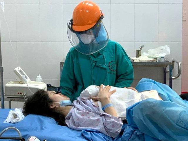 Cô gái 27 tuổi sinh con đầu lòng tại phòng cách ly chống COVID-19 - Ảnh 1.