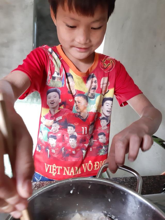 VIDEO: Hé lộ cuộc sống mới của cậu bé 10 tuổi sống một mình trong rừng ở Tuyên Quang - Ảnh 10.
