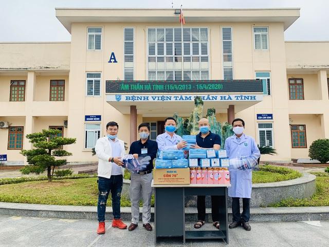 Đại diện báo Gia đình và Xã hội trao tặng hơn 15 triệu đồng cho các bệnh viện ở Hà Tĩnh để phòng chống COVID-19 - Ảnh 2.