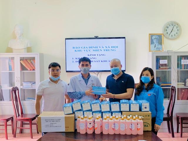 Đại diện báo Gia đình và Xã hội trao tặng hơn 15 triệu đồng cho các bệnh viện ở Hà Tĩnh để phòng chống COVID-19 - Ảnh 3.