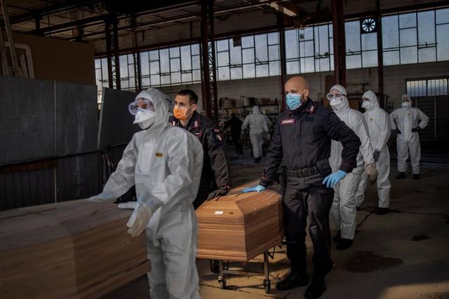 Nước Pháp sốc vì mất thêm hơn 1.300 người trong 1 ngày, Mỹ thêm gần 3 vạn ca mắc mới COVID-19 - Ảnh 4.