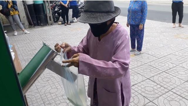 Các cây ATM gạo ở Sài Gòn... bị ế vì vắng khách - Ảnh 3.