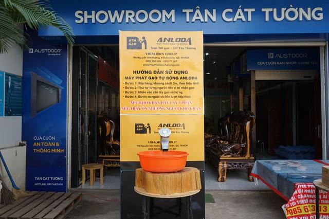 Các cây ATM gạo ở Sài Gòn... bị ế vì vắng khách - Ảnh 5.
